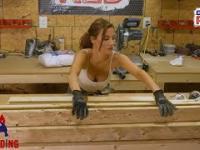 Potrafi zbudować ławkę i ma cycki. Wszystkie dziewczyny jej nienawidzą