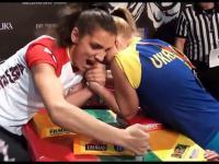 Kobiety walczą na ręce - eksplozja emocji