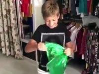 Reakcja chłopca na koszulkę Betisu i karnet na mecze