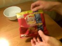 Jak zjeść chipsy nie brudząc sobie rąk? how to eat potato chips without dirtying your hands.