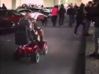 Wyluzowany dziadek wpada swoim wózkiem na zlot samochodowy