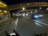 Motocyklista powstrzymuje człowieka przed popełnieniem samobójstwa