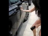 Jak usunąć wgniecenie w drzwiach samochodu