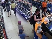Gang małoletnich rabusiów wbija do sklepu i kradnie tablet