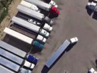 Oto jak prawdziwy kierowca tira parkuje przyczepę