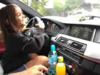 Mała dziewczynka prowadzi 700-konne BMW M5