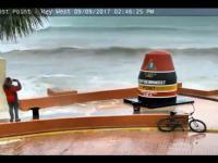 Mężczyzna chce zrobić fotkę tuż przed huraganem Irma
