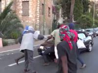 Imigranci blokują drogę na granicy i dostają nauczkę od Polki