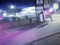 Audi TT leci nad ogrodzeniem i wpada na billboard
