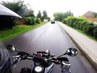 Kierowca samochodu zajeżdża drogę motocykliście powodując zagrożenie
