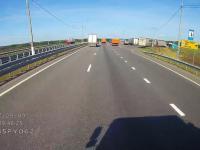Cwaniaczek w Audi chciał wyprzedzić ciężarówki poboczem