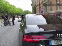 Antifa blokuje drogę w Niemczech. Audi wjeżdża w blokadę!