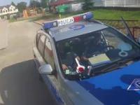 Polska policja w akcji, zamiast ścigać motocyklistę, zajmuje się weselem!