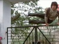 Oto jak Jackie Chan przeskakuje przez płoty, bramy i barierki?