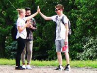 Chłopak przybija piątkę obcokrajowcowi i nie może wydusić z siebie słowa!
