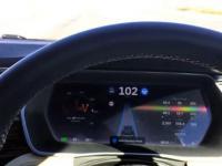 Co się stanie, jeśli zaśniesz za kierownicą Tesli podczas włączonego autopilota?
