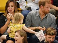 Mała dziewczynka kradnie popcorn księciu Harremu