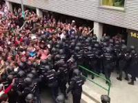 Ludzie z podniesionymi rękami idą na referendum. Katalonia.