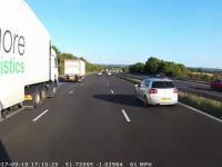Kierowca autobusu unika kolizji na autostradzie