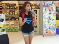 Przypadkowa dziewczyna w supermarkecie zaczyna śpiewać