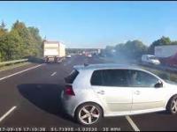 Kierowca autubusu wyhamowuje w ostatniej chwili na autostradzie