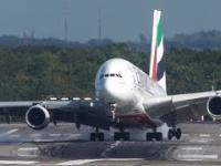 Ręce składają się do oklasków. Airbus A380 ląduje w Dusseldorfie