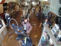 Murzyn przyłapany na kradzieży w sklepie rowerowym