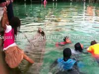 Dziewczynka z plemienia morskich nomadów ratuje zatopioną łódź