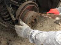 Wymiana tarcz hamulcowych tylnich i klocków hamulcowych w Mercedesie C200 - W203(S203)