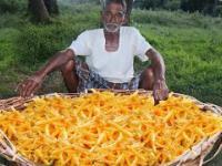 Dziadek robi frytki na ognisku dla sierot w Indii