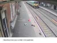 Przejeżdżający pociąg wciągnął wózek na tory