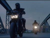 Ciekawe ujęcia dwóch motocykli na drodze