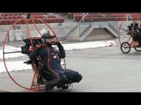 Lot motoparalotnią wewnątrz Stadionu Narodowego