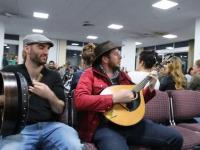 Grupka irlandzkich muzyków umila sobie czas