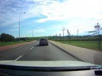 Tego kierowcy na drodze nie można wyprzedzać