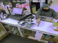 Sprzedawca podczas napadu celowo rozsypuje banknoty żeby odebrać bandycie broń