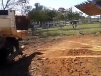 Jak wsadzić ładowarkę Bobcat na ciężarówkę bez użycia rampy