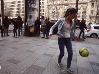 15-letnia Lisa pokazuje swoje piłkarskie sztuczki na ulicy
