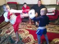 Taki tam domowy trening dzieciaków pod czujnym okiem ojca