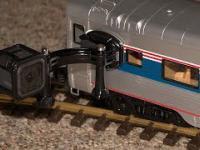 Podłączył kamerkę pod model pociągu przejeżdżający przez jego dom i ogródek