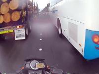 Autobus sam z siebie brutalnie atakuje motocyklistę
