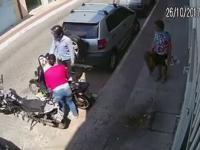 Bandyta usiłuje zabrać kobiecie skuter i dostaje solidne lanie od jej sąsiadów