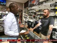 Reporter sugeruje, że sklep z bronią oferuje narzędzia do zabijania