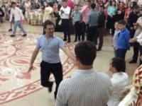 Tradycyjny ludowy taniec kaukaski w wykonaniu dorosłych i małych dzieci