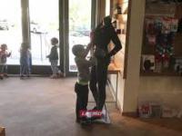Ciekawski chłopiec rozbiera manekina