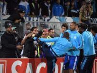 Patrice Evra niczym Eric Cantona kopie kibica w głowę !