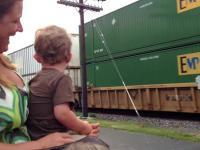 Młody człowiek zdaje sobie sprawę z tego, że to jego ojciec prowadzi lokomotywę