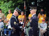 Inspekcja broni przy grobie nieznanego żołnierza na cmentarzu w Arlington