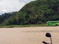 Kierowca autobusu wybiera skrót przez ...rzekę