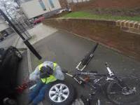 """Wymieniał koło w samochodzie aż tu nagle """"wpadł"""" rowerzysta"""